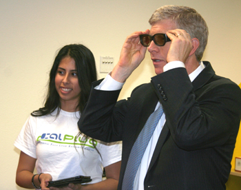 CalPlug student Melissa Valdez demonstrates the 3D television in the 1kWh Challenge, telling Poneman that the TV uses less electricity than an ordinary hair dryer.